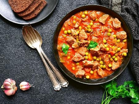 Пилешко месо с замразен грах, домати, моркови, целина и ароматни подправки (дафинов лист, копър, магданоз) на фурна - снимка на рецептата